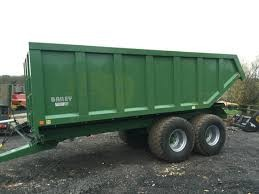 Trailers with LGP tyres to transport manure from yards to field pads.